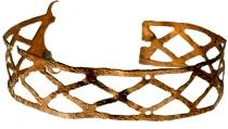 Ошейник 12 века Ирландия. Возможно был обработан кожей с внутренней стороны